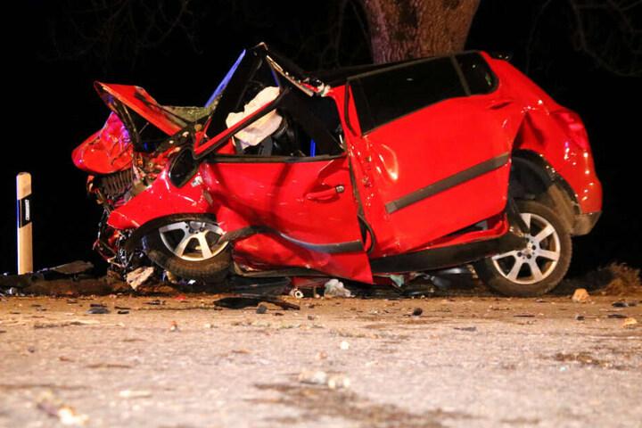 Der Aufprall muss heftig gewesen sein: Der Wagen wurde dabei zusammengedrückt.