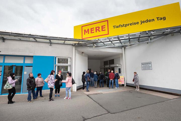 Rund 50 Kunden warteten auf die Eröffnung des Zwickauer Mere-Markts.