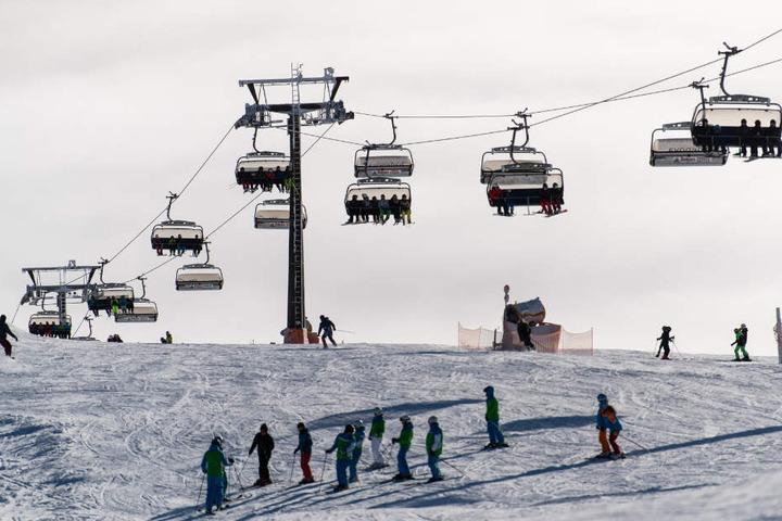 Skifahrer unter einem Lift auf dem Feldberg.