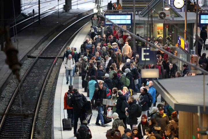 Wegen der Gleisarbeiten mussten zahlreiche Züge umgeleitet werden.