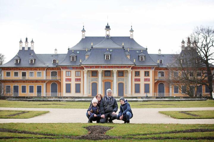 Katrin Estler (39) mit Mann Axel Kreß (48) sowie Louis (11) und Magdalena (7) genießen das Ausflugswetter im Pillnitzer Park. Eintritt im Sommer zahlen sie ohne Murren.