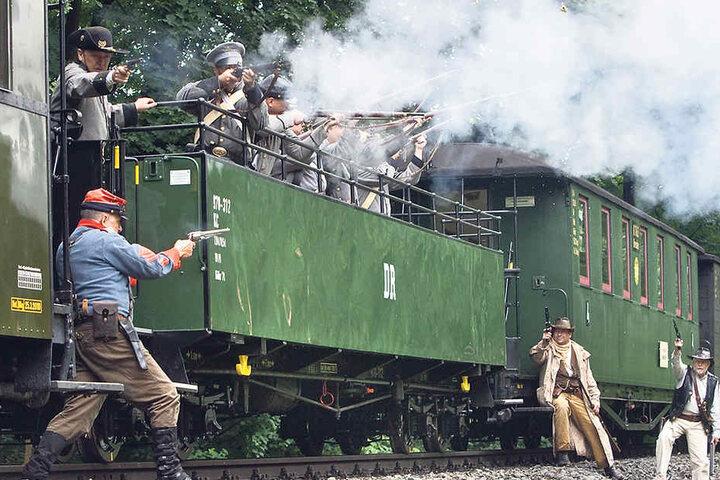 Von wegen romantische Fahrt: Wild-West- Überfälle gehören an den beiden Schmalspurbahn-Strecken zur Tagesordnung.