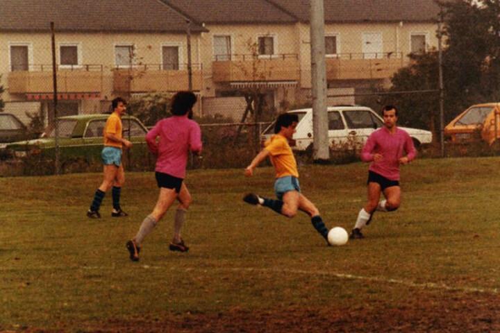 """Bereits seit 40 Jahren wird der Alternativfußball in Deutschland gespielt. In der Doku """"Die Würde des Balles"""" wird die Geschichte des Sports erzählt."""
