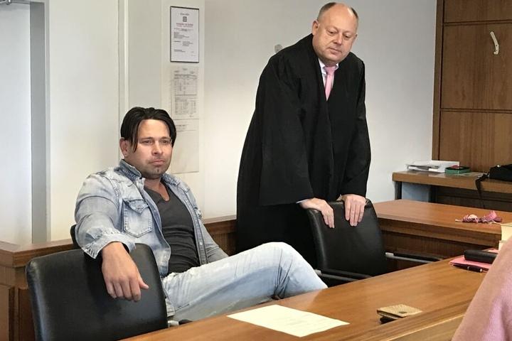 Der frühere Fußball-Nationaltorwart Tim Wiese sitzt neben seinem Anwalt im Landgericht.