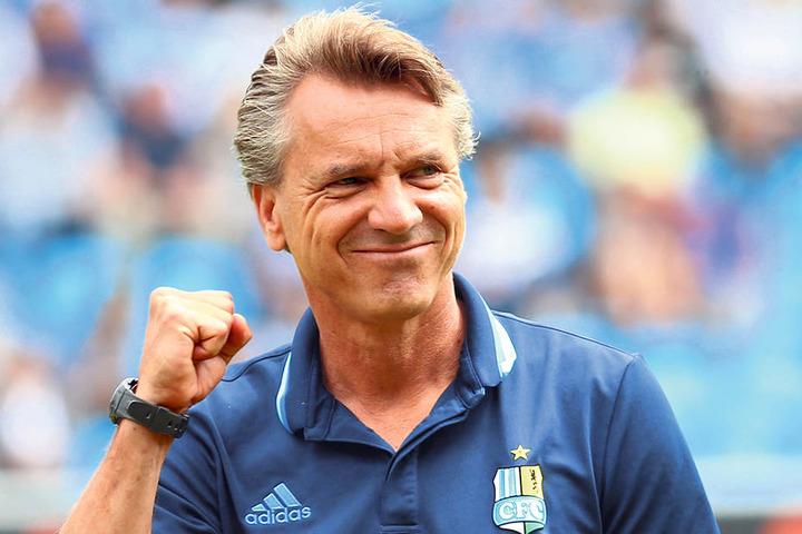Horst Steffen ballt die Siegerfaust. Dem CFC-Coach gelang mit dem Derbysieg  ein Einstand nach Maß.