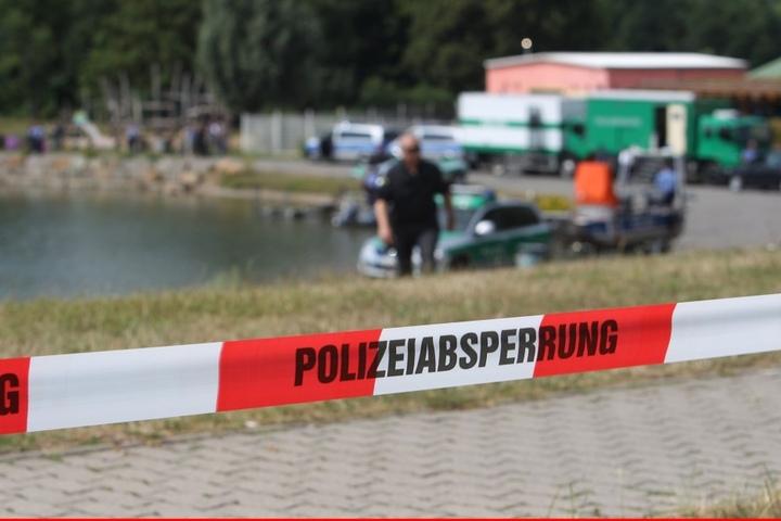 Am Theklaer Bagger stießen Schwimmer auf Leichenteile. Polizeitaucher bargen danach die sterblichen Überreste der getöteten Einwanderer.