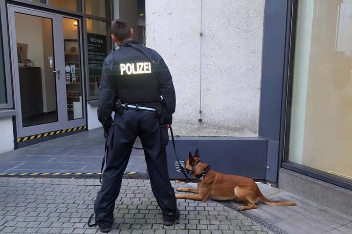 Die Polizei ist auch mit Hunden vor Ort.