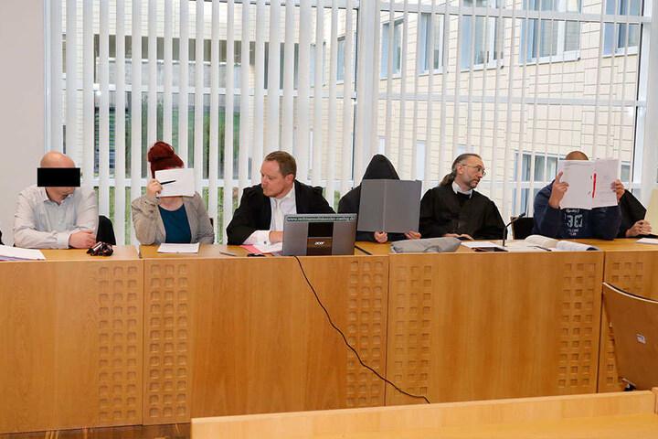 Michel Erik A., Anja S. (1. u. 2. v.l.), Christin Sch. (3.v.r.) und Steffen T. (r.) sitzen seit Montag wegen schwerer Brandstiftung auf der Anklagebank.