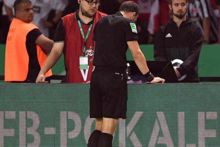 Schiedsrichter Felix Zwayer hatte sich die strittige Szene während des Spiels vor seiner endgültigen Entscheidung nochmals angeschaut.
