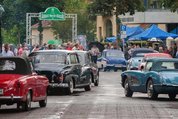 Am Sonntag parken im ElbePark weit über 100 auf Hochglanz polierte  Oldtimer.