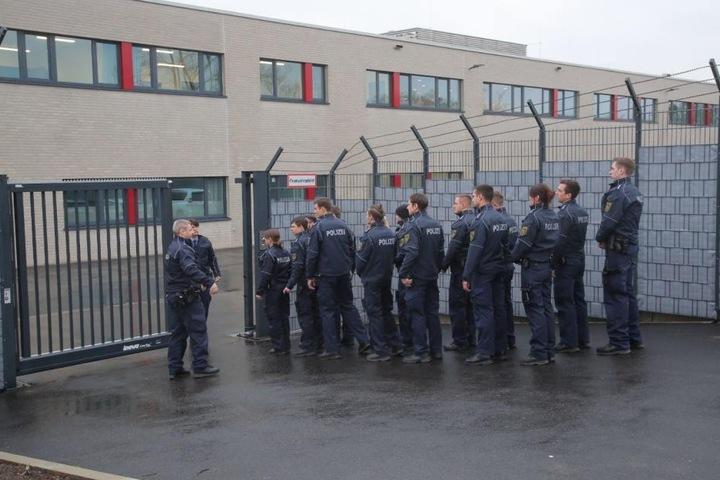 Der Prozess in Dresden wird von der Polizei Dresden gesichert.