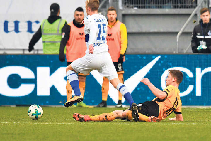 Jannik Müller (r.) kann Duisburgs Lukas Daschnernur per Foul stoppen.