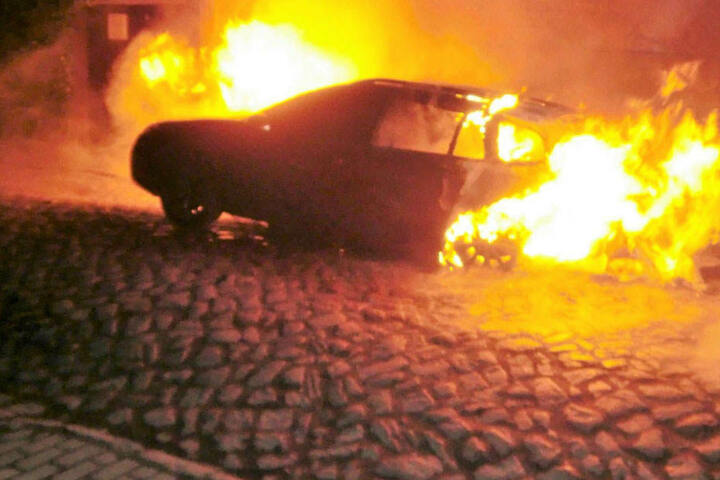 Der Wagen ging komplett in Flammen auf.