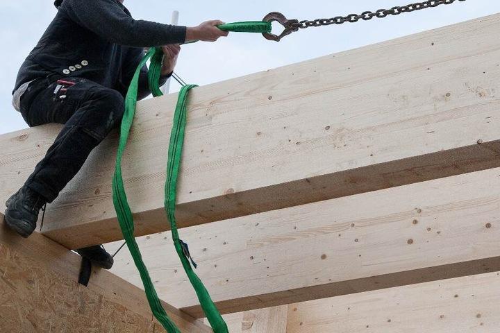 Der Arbeiter war grade dabei, Holzrahmenbauwände aufzustellen. (Symbolbild)