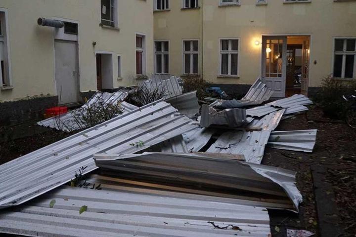Blechteile liegen im Innenhof auf der Krosserer Straße.