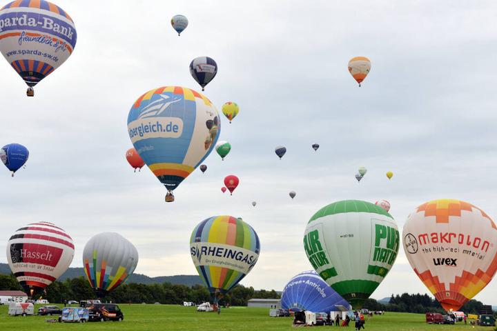 Zahlreiche Heißluftballons steigen bei einem Festival auf. (Archivbild)
