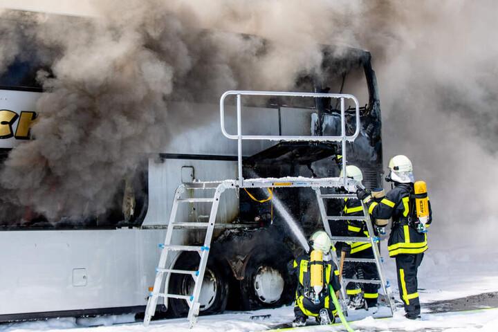 Unfallforscher fordern nun brandsichere Sitze für Busse, damit diese nicht bereits während der Evakuierung in Flammen aufgehen.