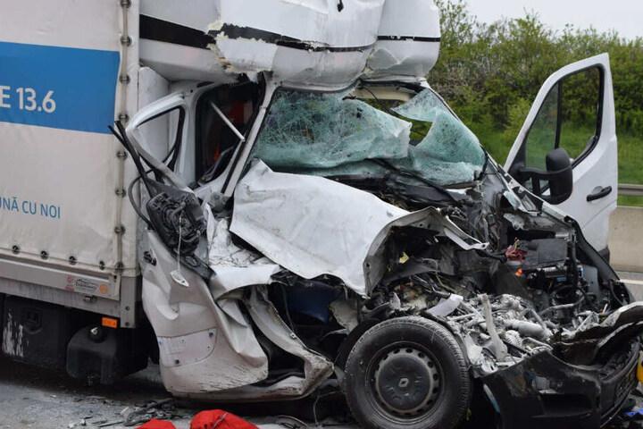 Das Fahrerhaus des polnischen Kleintransporters wurde komplett demoliert, der Fahrer musste schwer verletzt in ein Krankenhaus geflogen werden.