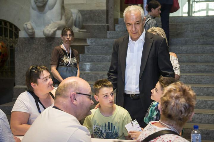 Stanislaw Tillich (58, CDU) mit Dominik (12, r.) und Patrick (11) aus Döbeln.