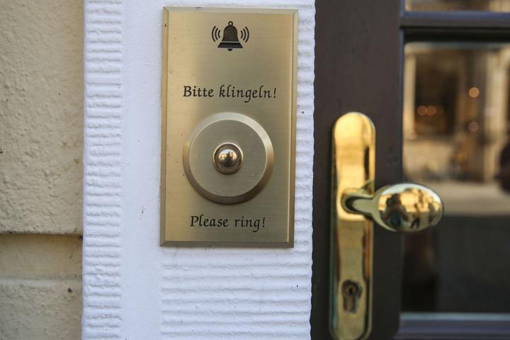 Aus Sicherheitsgründen müssen die Kunden klingeln.