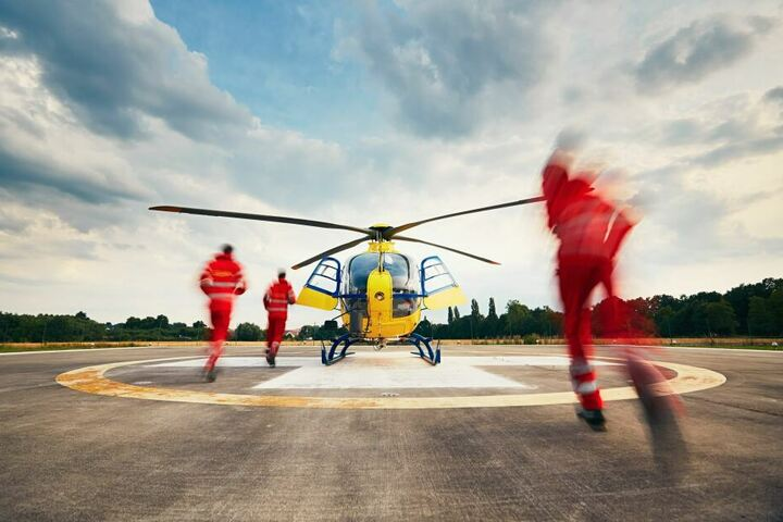 Der 58-Jährige kam per Rettungshubschrauber in eine Klinik (Symbolbild).