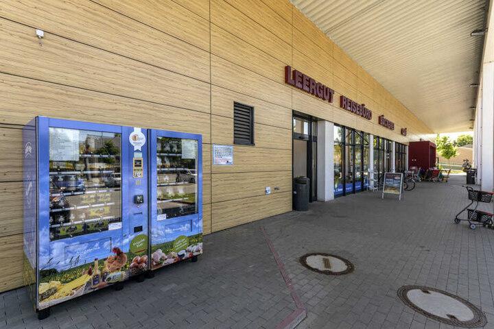 Die Geflügelhof-Chefs Christian (v.l.), Jürgen und Richard Weber vermarkten ihre Produkte neuerdings rund um die Uhr in Kühl-Automaten.