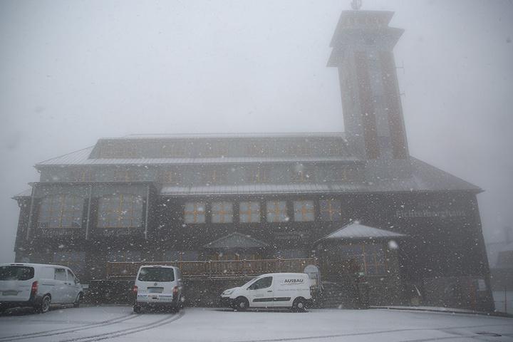 Das Fichtelberghaus versank am Dienstagmorgen im Nebel.