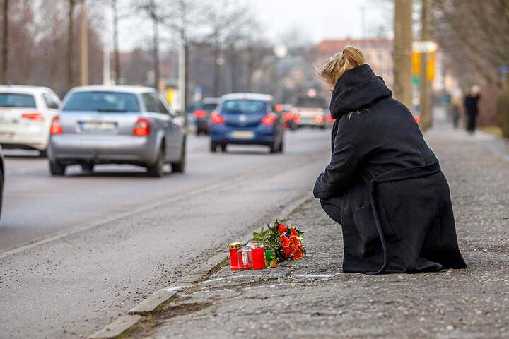 An der Unfallstelle im Zellenschen Weg legten Freunde Blumen und Kerzen ab.