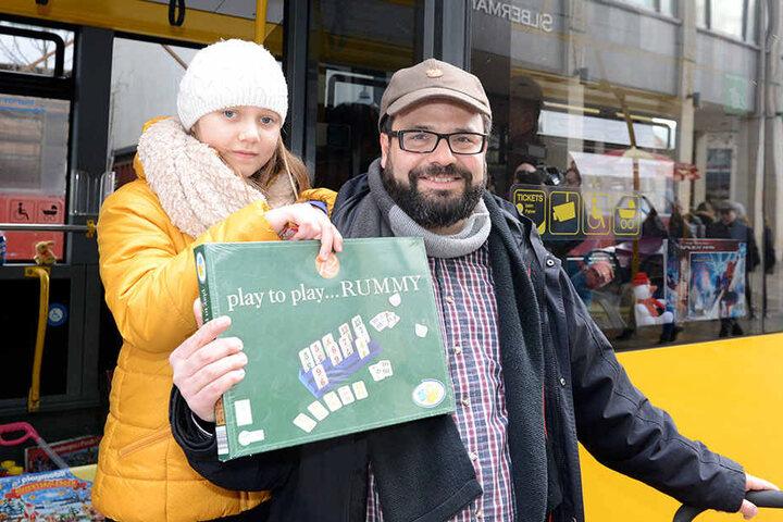 Daniel Neuenfeldt (42) mit Tochter Lilli (10) spendeten ein Brettspiel.