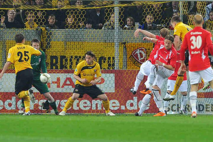 Sebastian Schuppan (2.v.r.) steigt zum Kopfball hoch und köpft zum 1:0 ein. Am Ende gewann Rot-Weiß Erfurt die Partie, Dynamo stieg jedoch in die 2. Bundesliga auf.