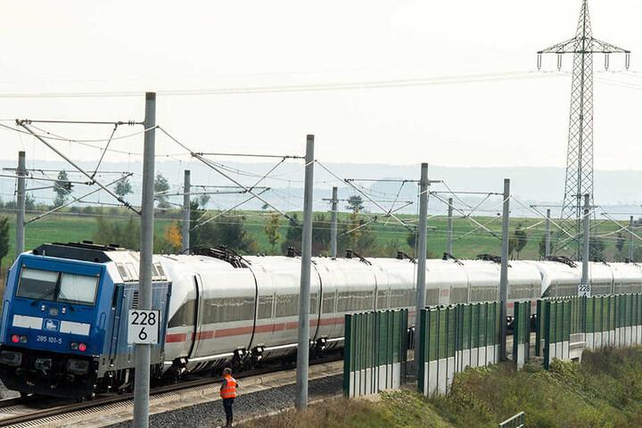 """Eine Diesellok schleppte den ICE mit dem Namen """"Linz"""" ab."""