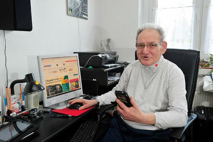 Auch Werner Vogel (79) geht ohne Smartphone nicht mehr aus dem Haus.