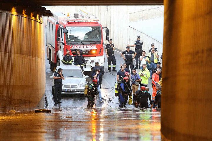 Feuerwehrleute retten den Körper eines Mannes, der in seinem Auto in einem überfluteten Tunnel in Almeria ertrank.