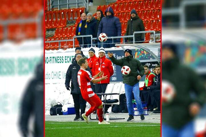 FSV-Coach Joe Enochs (r.) will der Kölner Dreierabwehrkette am heutigen Samstag zwei oder sogar drei Angreifer entgegenstellen.