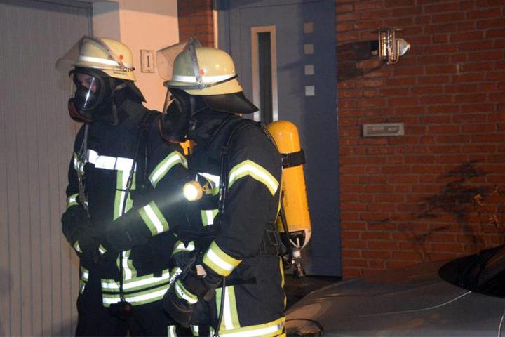 Die Feuerwehrleute konnten nur mit Atemschutzmasken in das Haus gehen, um die restlichen Flammen zu löschen.
