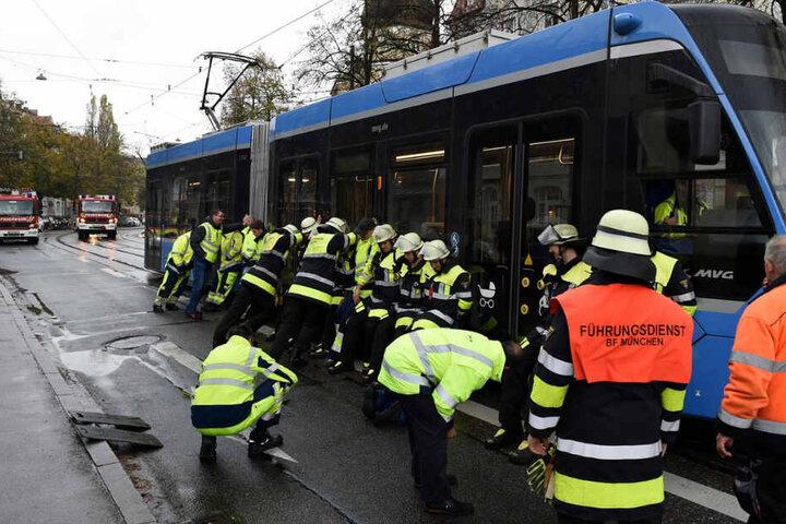 Die Tram war aus den Schienen gesprungen und hat in Neuhausen für einen zweistündigen Feuerwehreinsatz gesorgt.