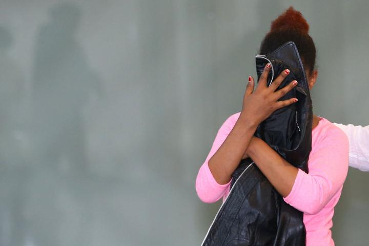 Die Äthiopierin läuft vor Prozessbeginn zum Gerichtssaal. Anklagepunkt: Sozialbetrug in Höhe von 145.000 Euro.