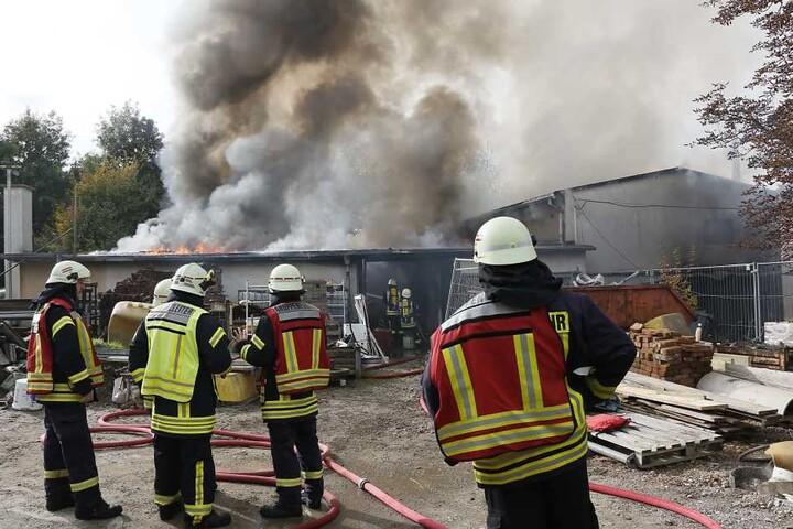 Die Feuerwehr ist vor Ort im Einsatz.
