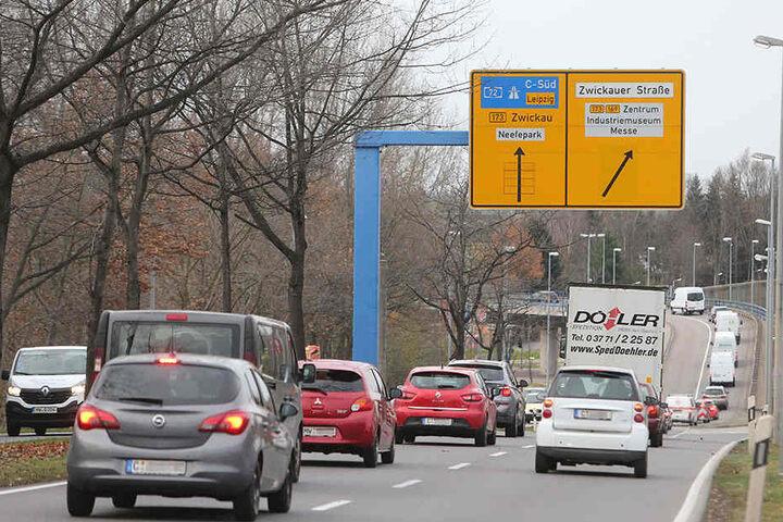 Nadelöhr Überflieger: Wer vom Südring zur Autobahn will, muss sich links einordnen.