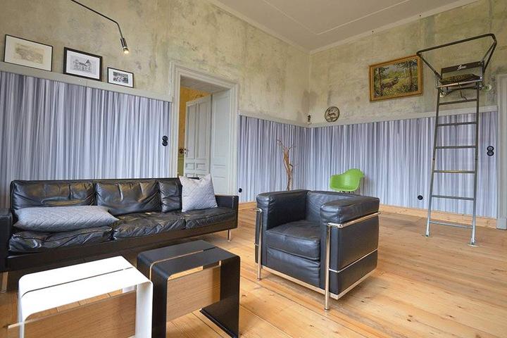 Die Tapeten im Wohnzimmer entwarf Claus Lämmle in Kammzug-Optik.