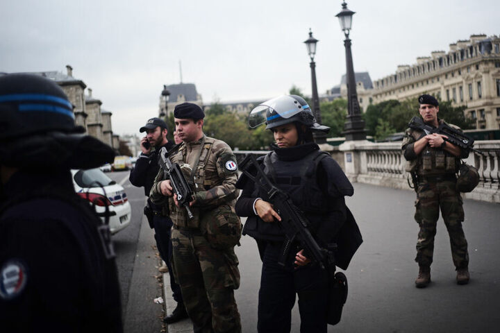 Polizeibeamte nach der Messerattacke in Paris Anfang Oktober.