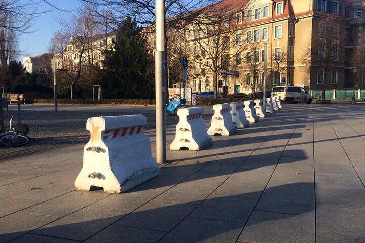 """Zehn """"Nizza-Sperren"""" auf dem Jorge-Gomondai-Platz sollen den Zugang vom Albertplatz her sichern."""