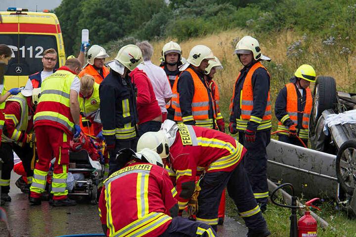 Rettungskräfte versorgen den Verletzten nach seiner Rettung aus dem Ford.