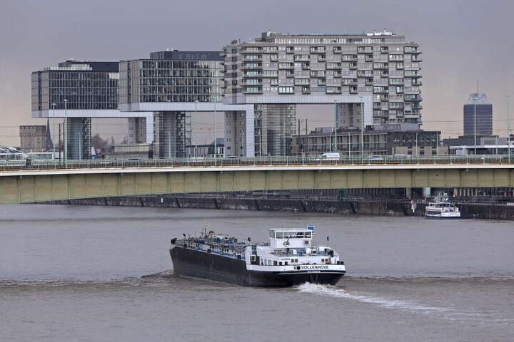 Das Unglück ereignete sich linksrheinisch auf Höhe der Deutzer Brücke (Archivbild).