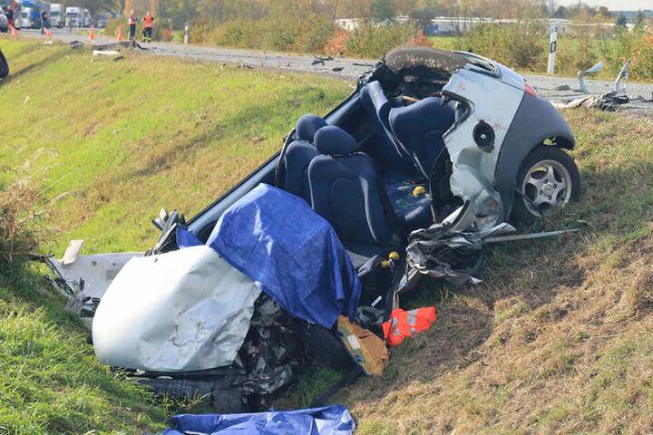 Die Frau verstarb noch im Fahrzeugwrack.
