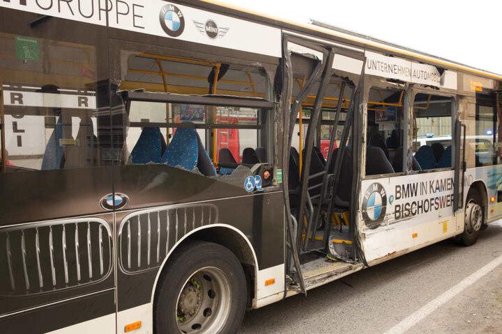 Die rechte Bus-Seite wurde stark beschädigt.