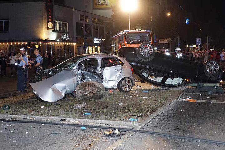 Es grenzt an ein Wunder, dass abgesehen von den beiden Fahrer, niemand sich im Ampelbereich aufgehalten hat und verletzt wurde.