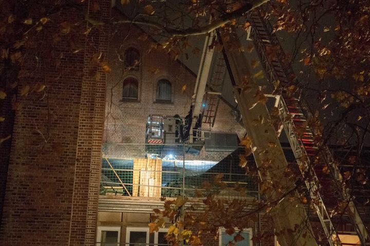 Der Dachstuhl des Anbaus der Hauptkirche Sankt Katharinen in Hamburg geriet am Montagabend in Brand.