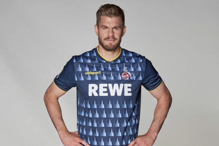 Simon Terrodde zeigt das neue Ausweichtrikot des 1. FC Köln. Es hat Dom-Symbole aufgedruckt.