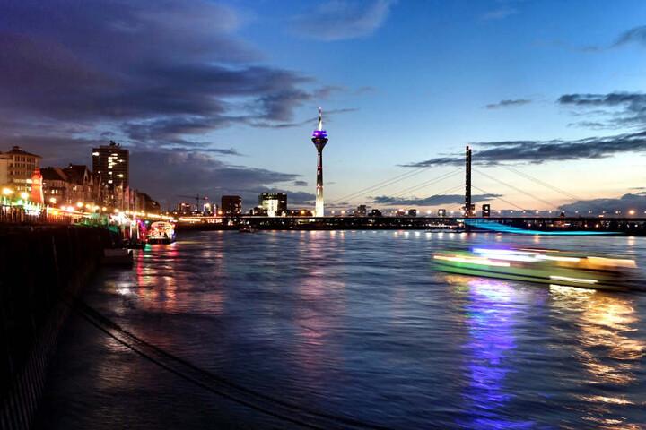 Auch in Düsseldorf ist der Rhein-Pegel niedrig.